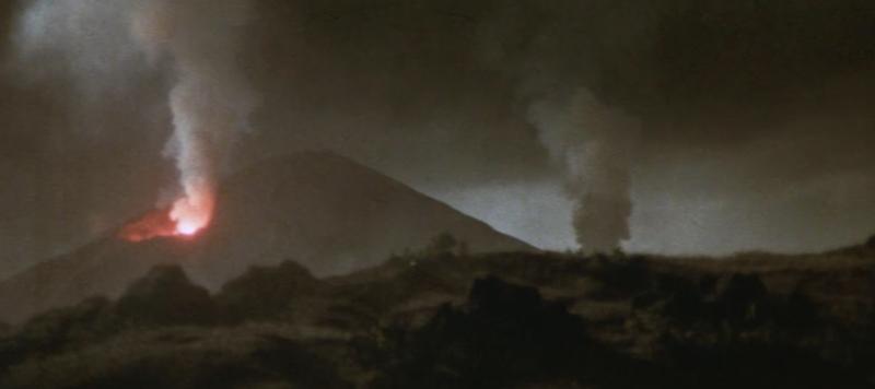 噴火する山