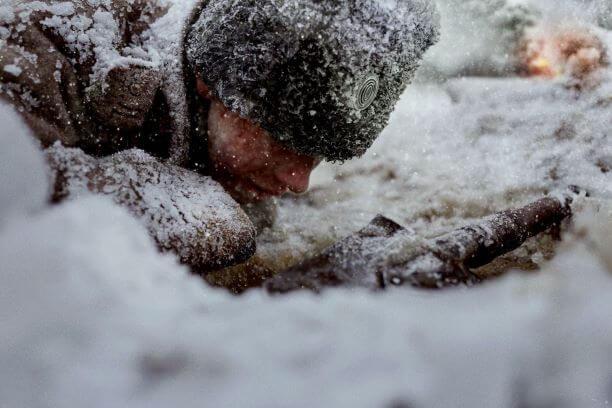 雪に埋もれる兵士